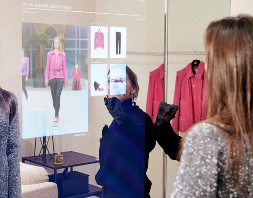 Exemple d'une cabine d'essayage virtuelle chez Chanel.  Chic