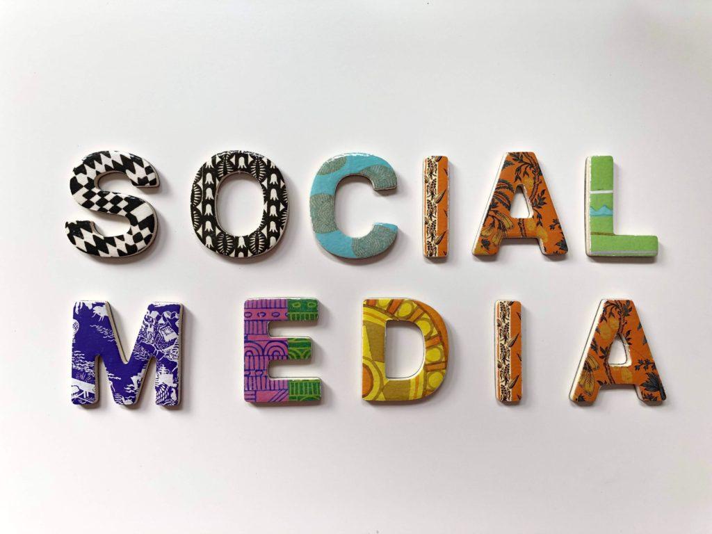 Image social media, réseaux sociaux avec motifs pour illustration de l'article