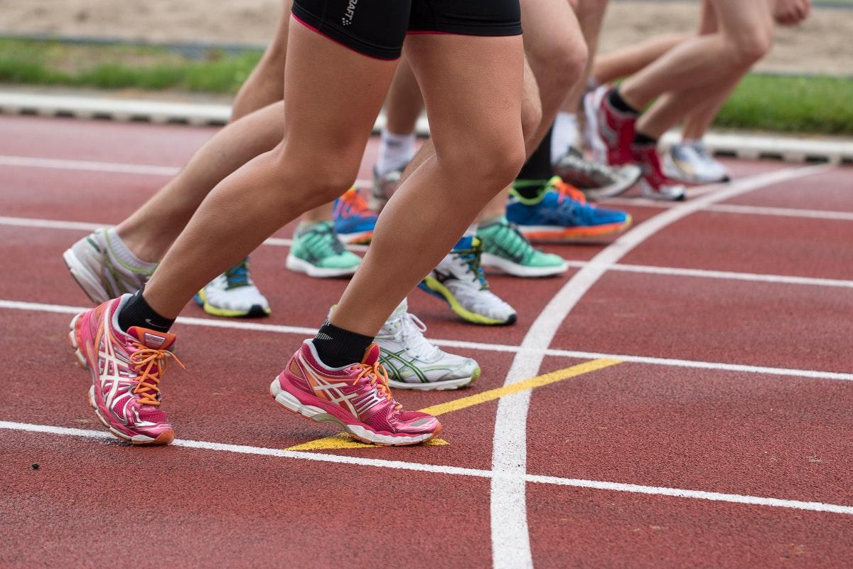 Pieds des sportifs avant le départ d'une course