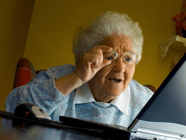 Grandma meme : Une grand-mère  devant l'ordinateur portable - memes dans la communication digitale