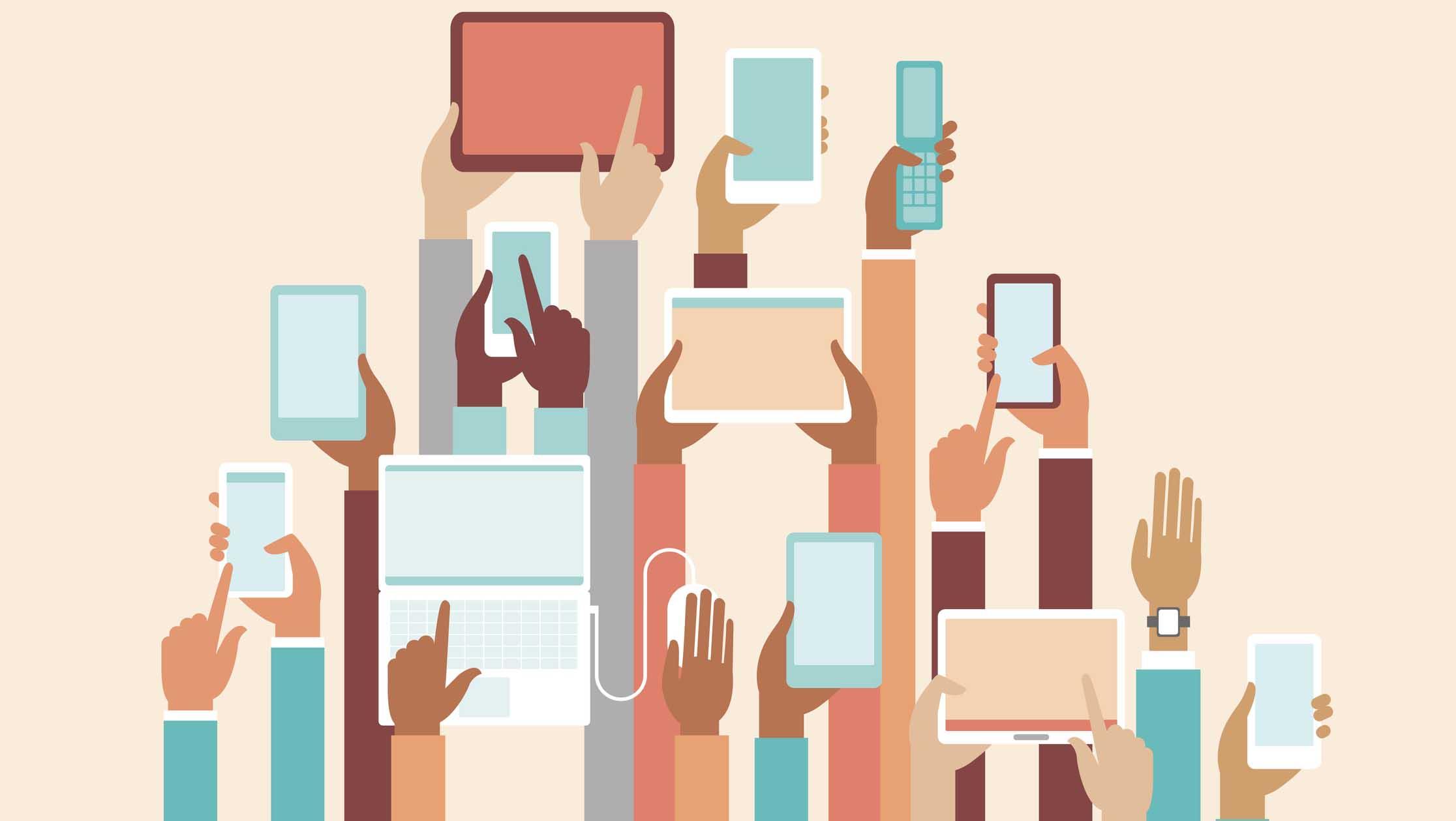 outils numériques tenus dans des mains sur fond rose